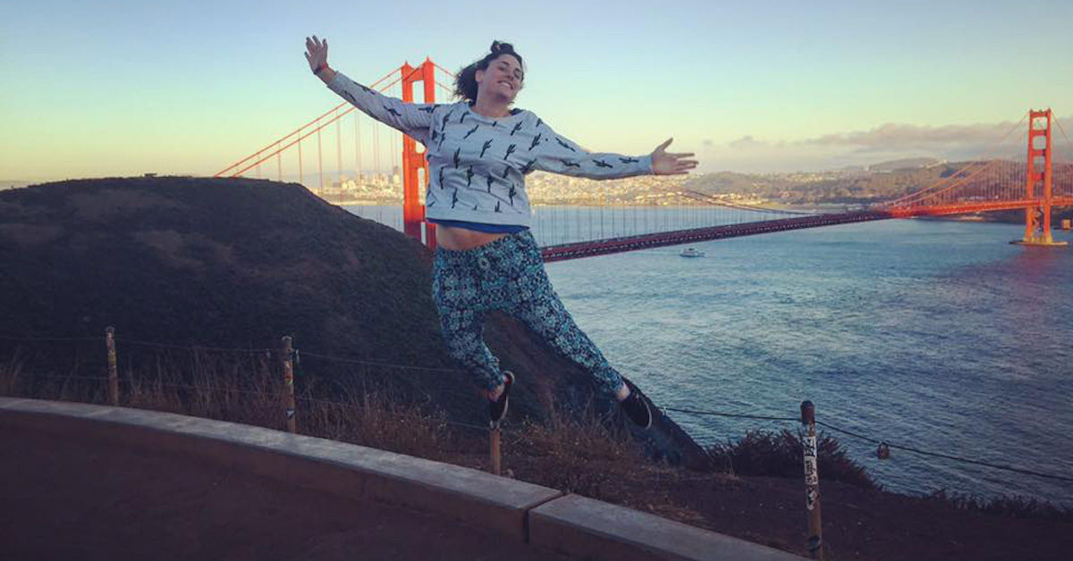 Marta Basso che salta davanti al Golden Gate Bridge